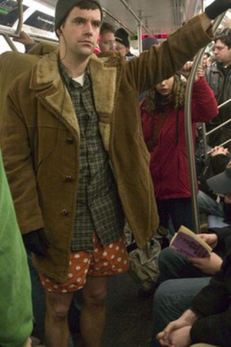 hombre en el metro sin pantalones