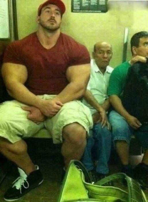 Hombre musculoso en el metro aplasta a un señor chiquito y flaquito