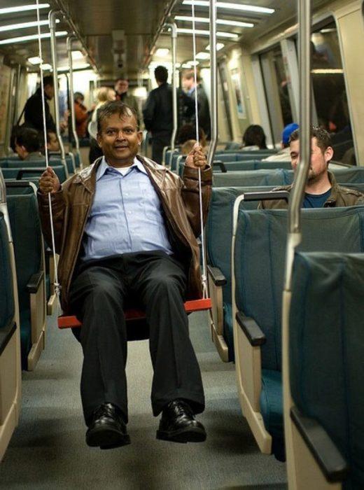 Hombre hace un columpio en el metro