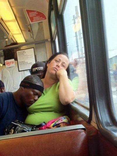Hombre en el metro dormido sobre el busto de la mujer que va a su lado