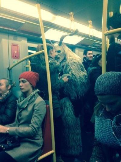 Monstruo en el metro trata de asustar a una mujer