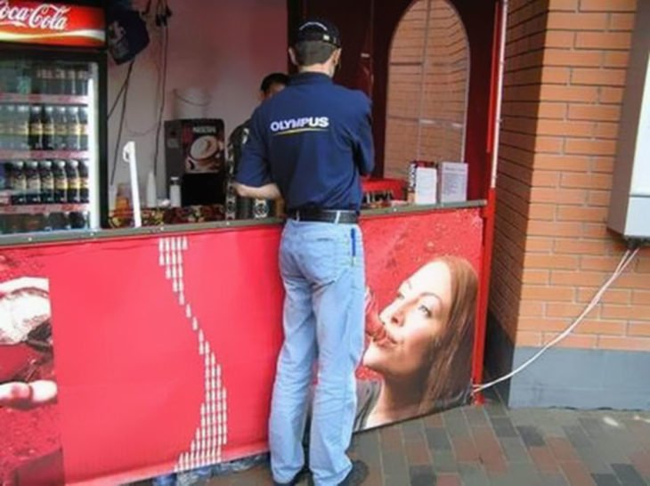 Fotografía de doble sentido, imagen publicitaria de mujer tomando coca cola
