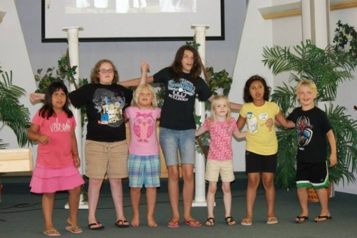 Ilusión óptica, 7 niñas en la foto, la de en medio tiene sus brazos extendidos y parece como si tuviera sus brazos muy largos