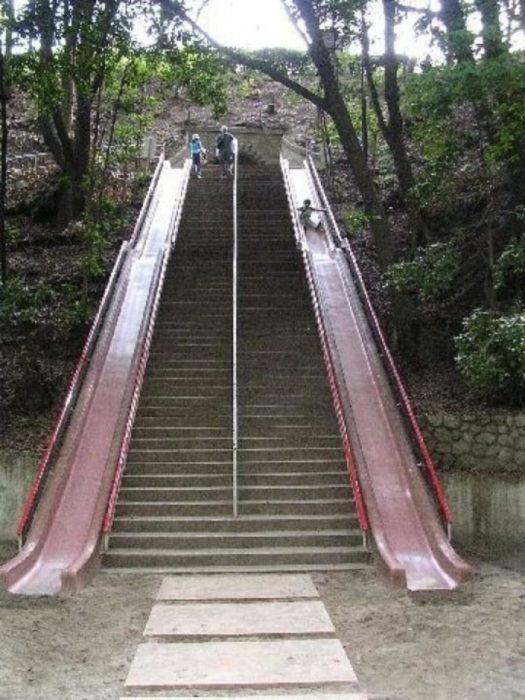 Escaleras con tobogán incluido