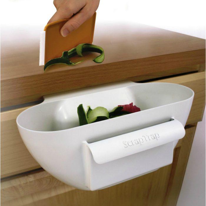 Un pequeño compartimento que puedes poner en la cocina para tirar la basura ahí