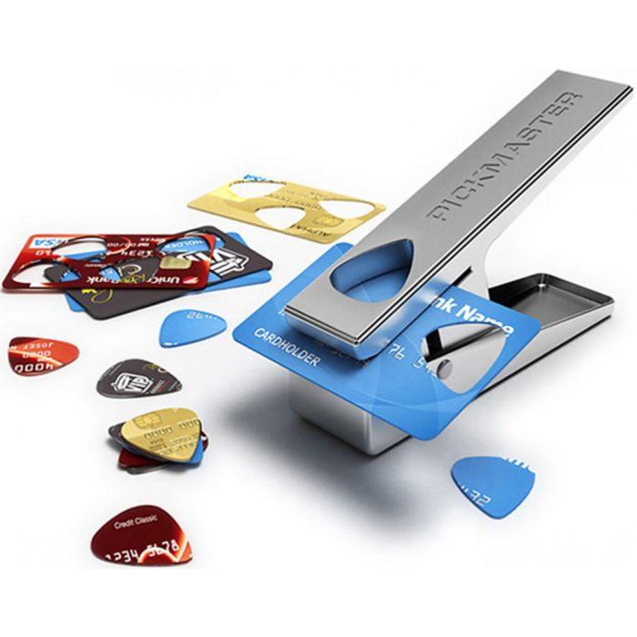 Tipo grapadora que permite hacer púas con antiguas tarjetas de crédito
