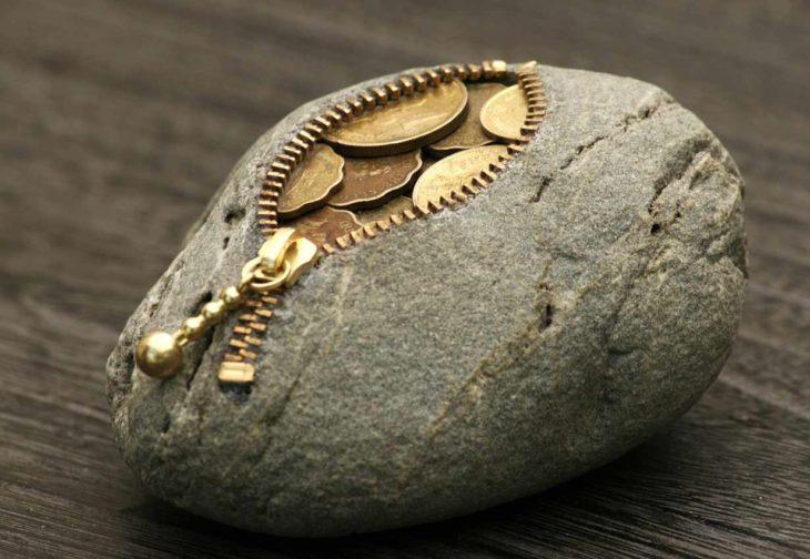 piedra para guardar monedas