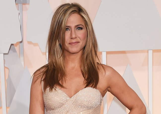 jennifer Aniston vestido color nude