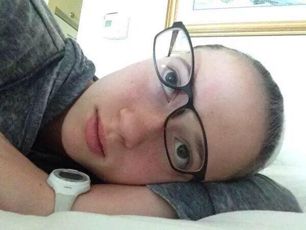 Mujer acostada con los lentes chuecos