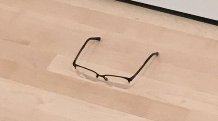 Lentes en el piso en una galería de arte