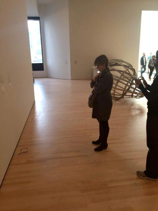 Una mujer admira unos lentes en un museo
