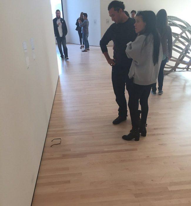 Personas en el Museo de Arte Moderno de San Francisco aprecian la exhibición de unos lentes de un adolescente