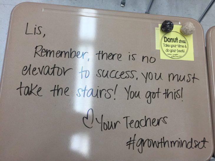 Maestra dejó mensajes motivadores en los pupitres de sus alumnos para desestresarlos antes del examen