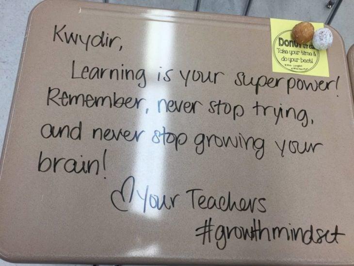 Maestra le dejó mensajes motivadores a sus alumnos para inspirarlos en su examen