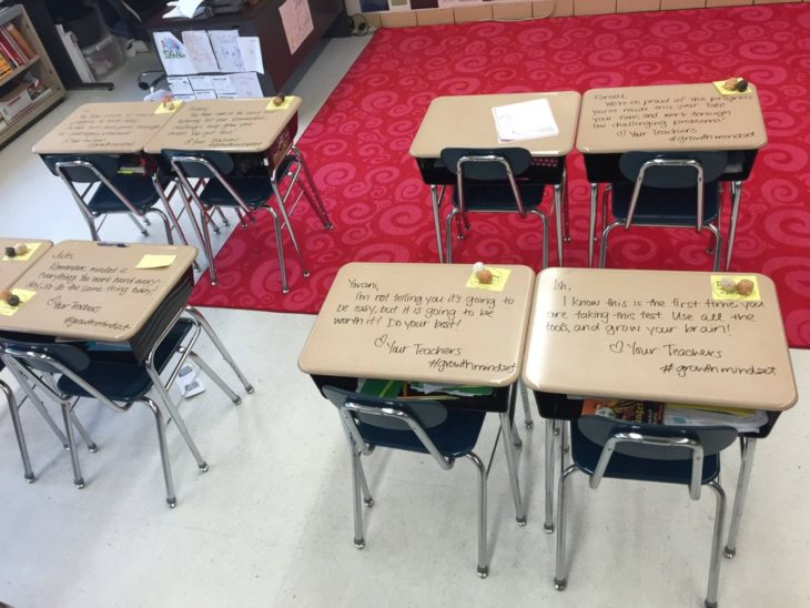 Pupitres de alumnos antes del examen donde su maestra les dejó un mensaje personalizado