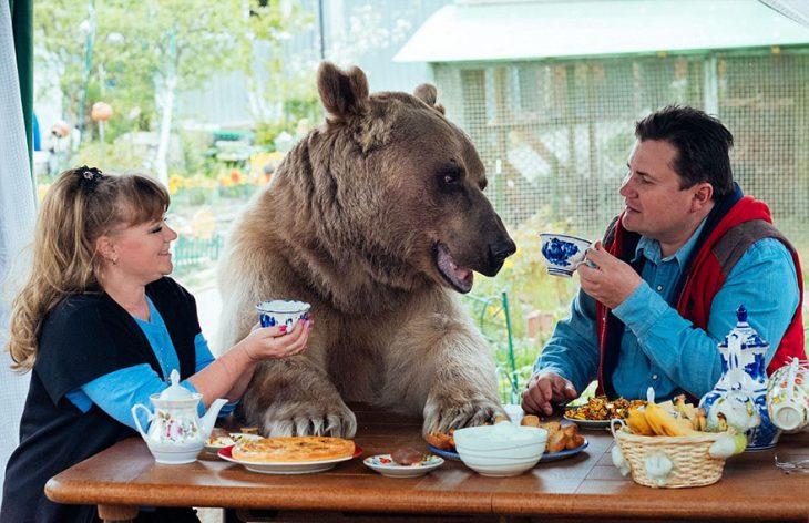 pareja con oso a la mesa
