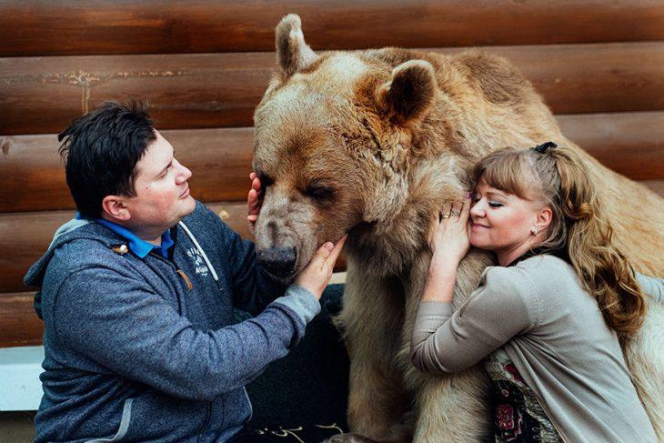 pareja abrazando a oso