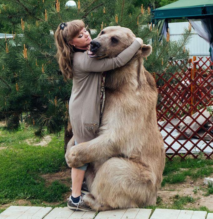 oso abrazando a mujer