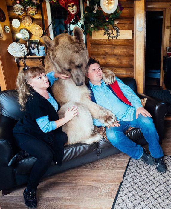 pareja con oso en sofá