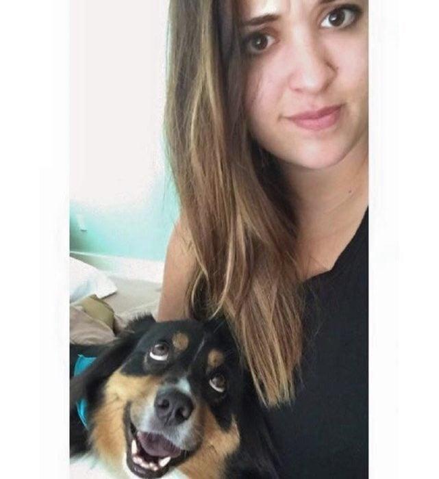 Perro mira a su dueña con cara de amor