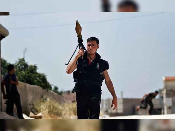 Un rebelde sirio que parece sacado d euna película de acción