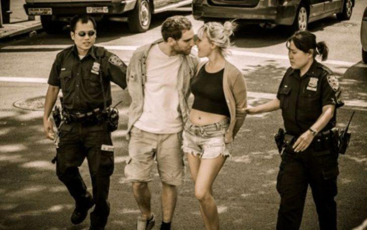 Dos delincuentes son detenidos pero los des se ven relajados y muy románticos; además muy fotogénicos