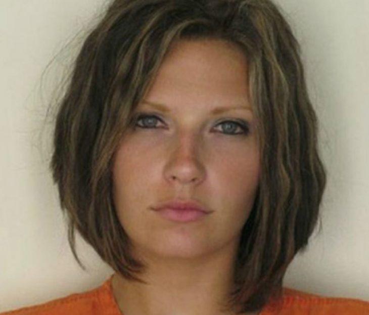 Una mujer es detenida y al momento de tomarle su foto para el registro puede ser confundida con una modelo