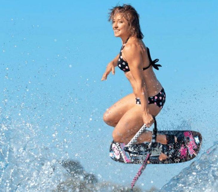 Una mujer surfeando sale en la fotografía como si estuviese posando