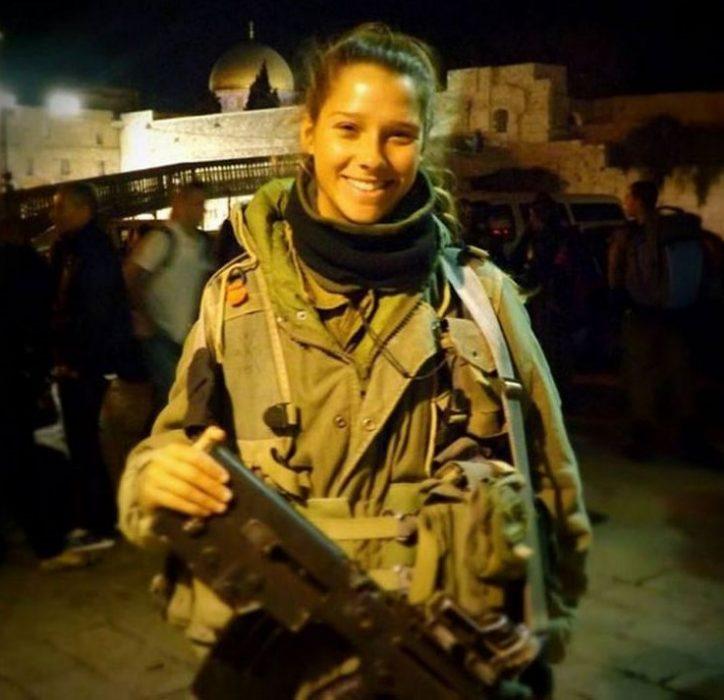 Una mujer que es parte del ejército con la cara de niña tierna