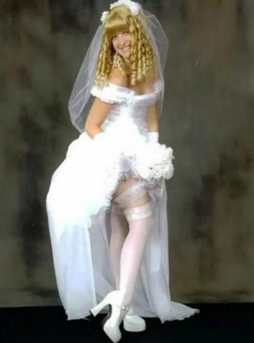 Vestido de novia horrible con un peinado de rizos y fleco