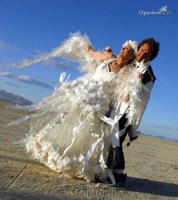 Novia usando un vestido lleno de plumas