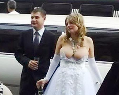 Novia con un vestido que apenas le cubre los senos