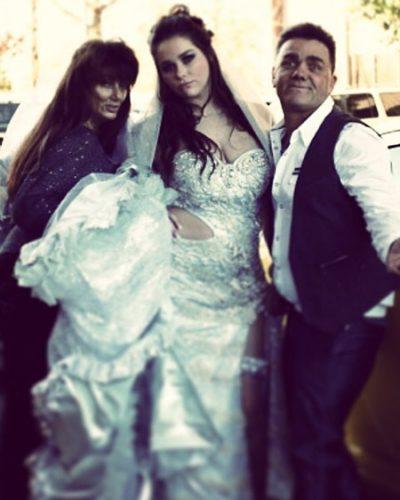 Vestido de novias con abertura en el abdomen y en la pierna y demasiada tela