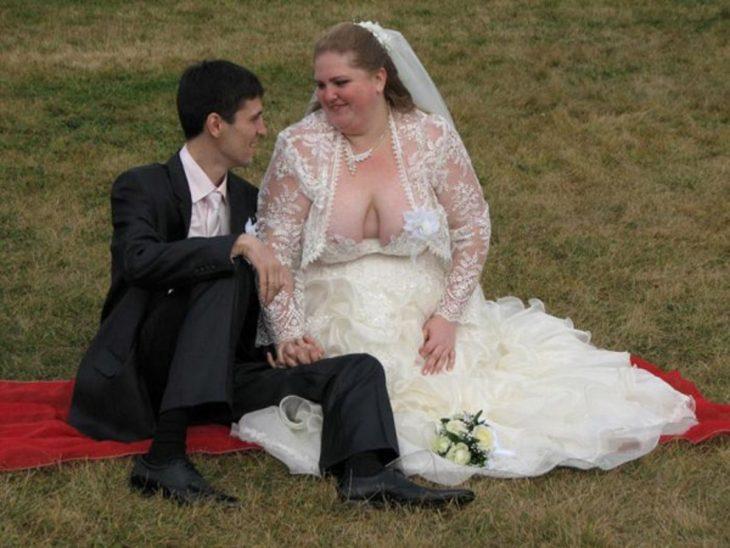 Novia con un vestido que no le sostiene su busto