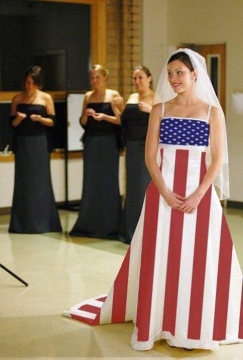 Novia usando un vestido con la bandera de EU