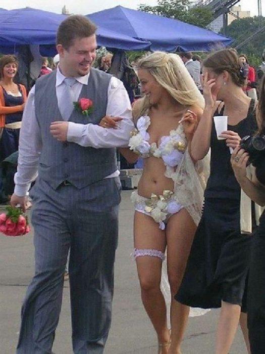 Novia usando sólo ropa interior decorada para el día de su novia