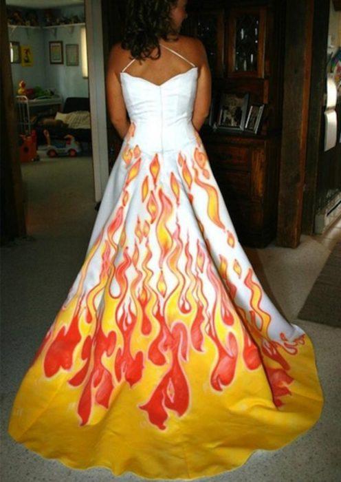 Vestido de novia con llamas enla parte de abajo