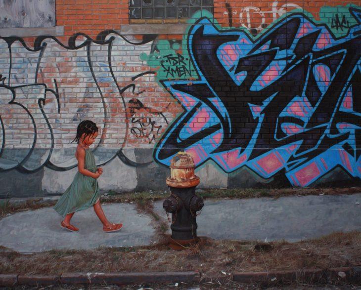 pintura niña camina por las calles llenas de graffitti