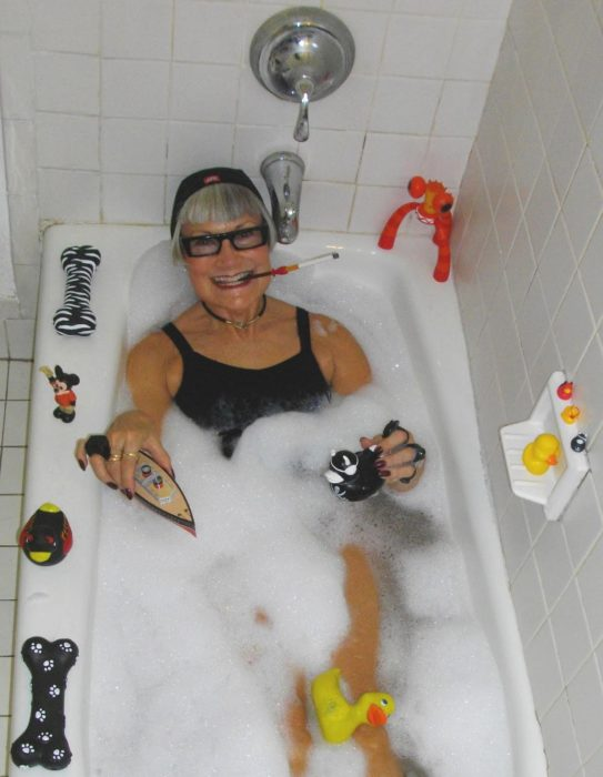 mujer en bañera con juguetes