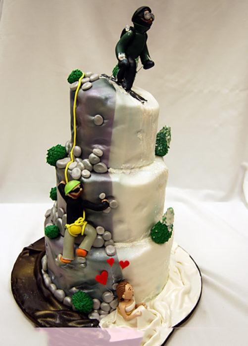 pastel de 2 lados piedras y boda