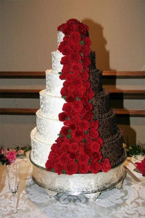 pastel de boda blanco, rosas y chocolate