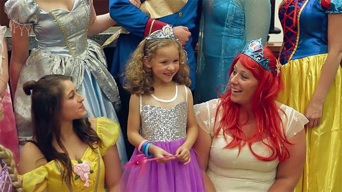 princesas acompañando a la niña