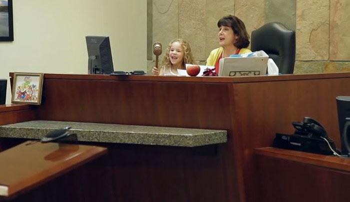 juez vestida de blanca nieves en el juicio de adopción
