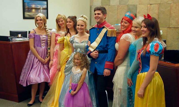 niña con las princesas y los principes de disney