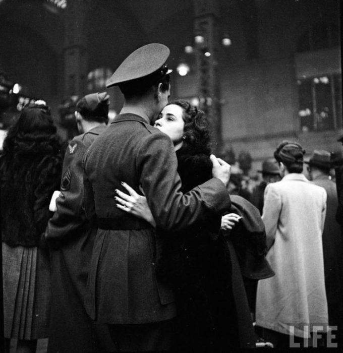 Amor en tiempos de guerra. pareja abraada en la estación de trenes mientrs se despiden