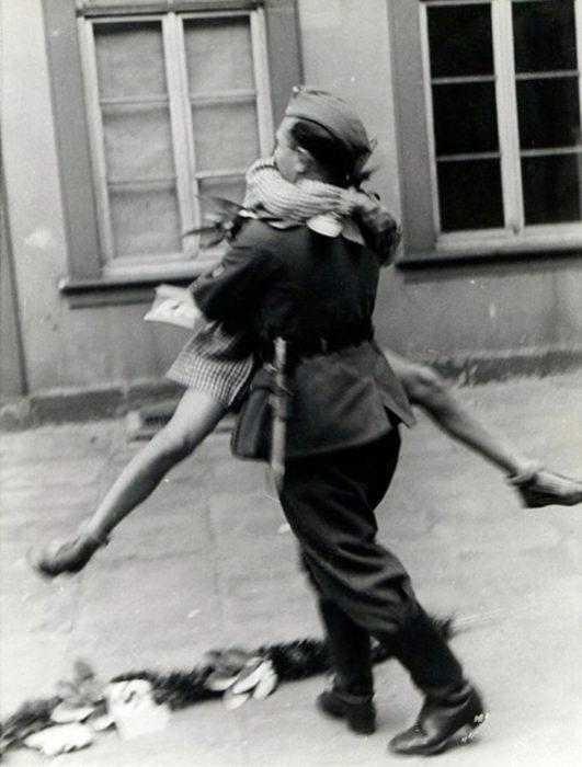 Amor en tiempos de guerra. mujer brinca para abrazar a soldado cuando llega a casa