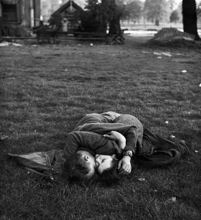 Amor en tiempos de guerra. soldado y su novia tirados en el parque abrazados
