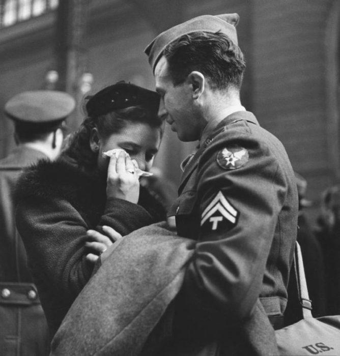 Amor en tiempos de guerra. mujer llorando mientras soldado se va a la guerra