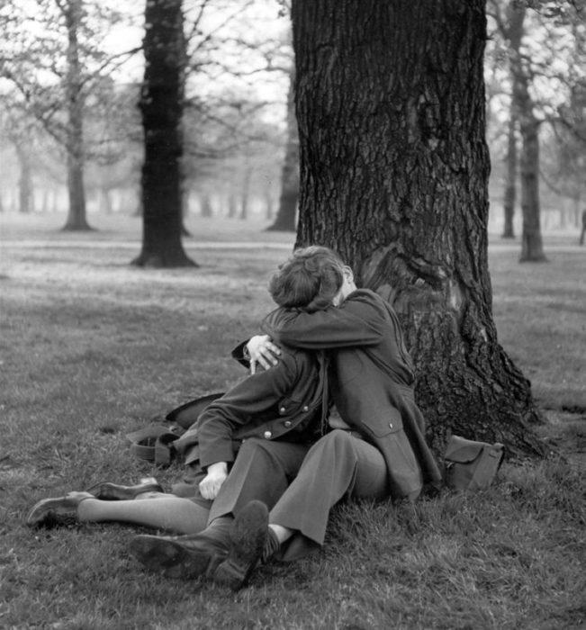 Amor en tiempos de guerra. soldado y novia se besan abajo de un arbol