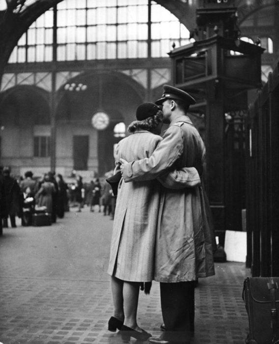 Amor en tiempos de guerra. Mujer se despide de soldado en la estación de trenes